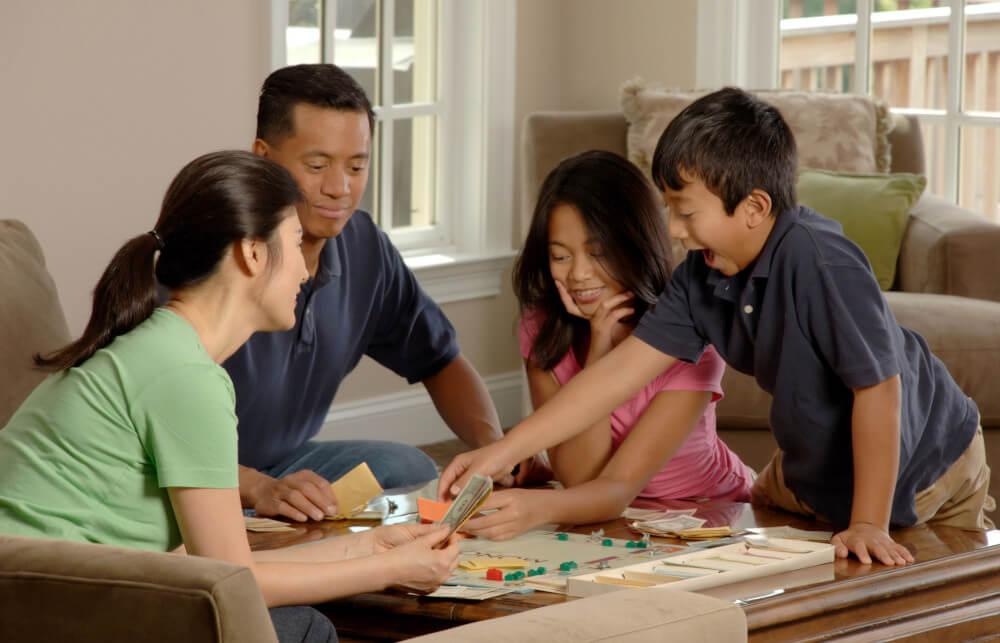 Bermain bersama keluarga